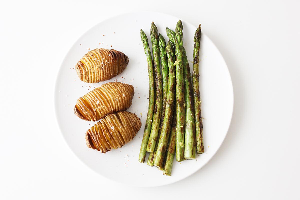 Grüner Spargel mit Hasselback Kartoffeln