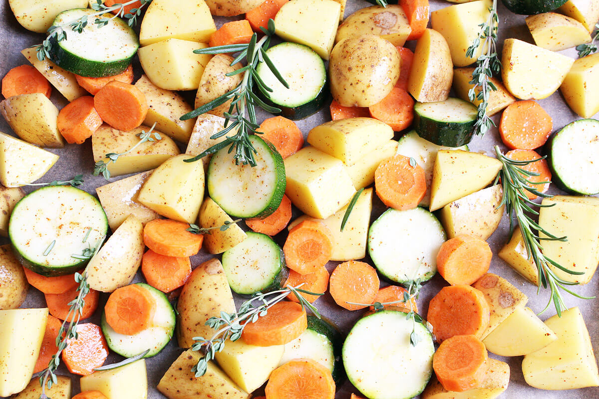 Vegane Hähnchenschenkel auf Ofengemüse