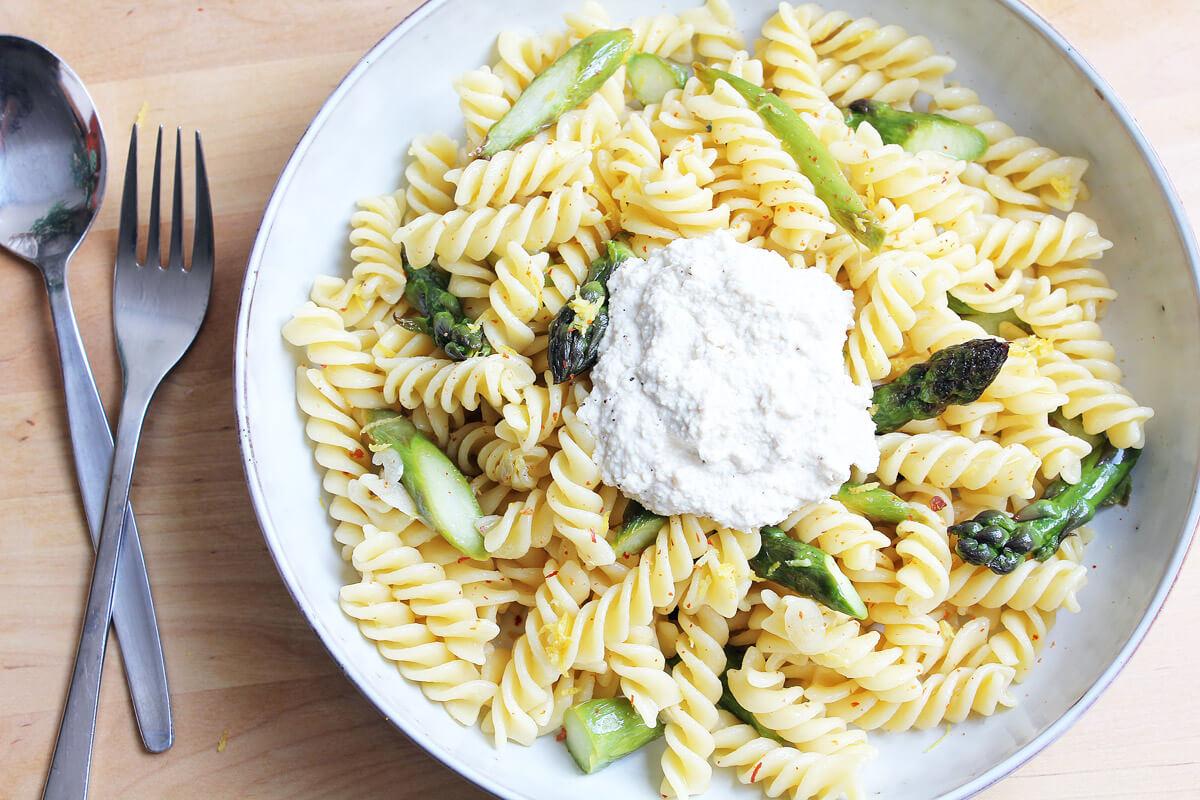 Vegane Spargel-Zitronen-Pasta mit Ricotta