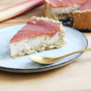 Veganer Käsekuchen mit Rhabarber-Topping