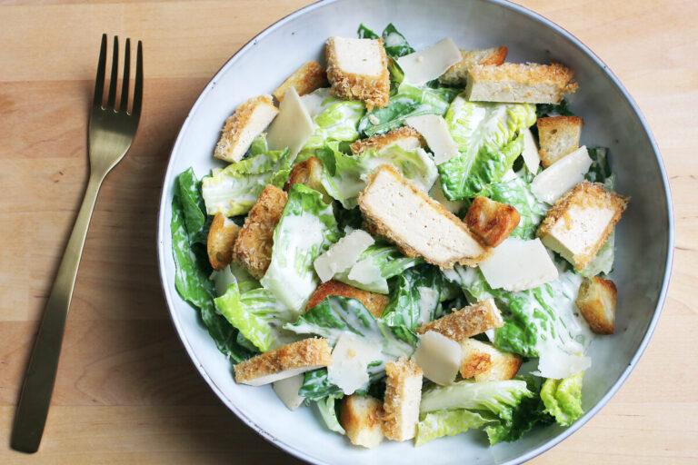 Veganer Caesar Salad mit Knuspertofu