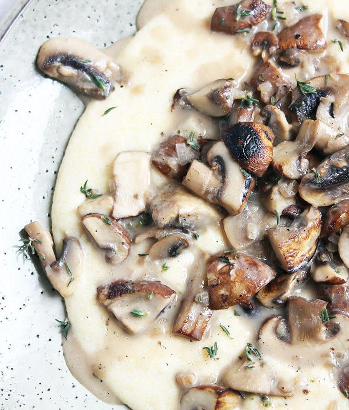 Cremige vegane Polenta mit Pilz-Ragout