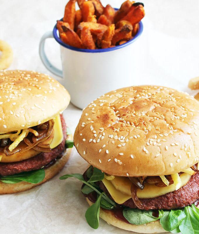 Veganer Herbst-Burger mit karamellisiertem Apfel