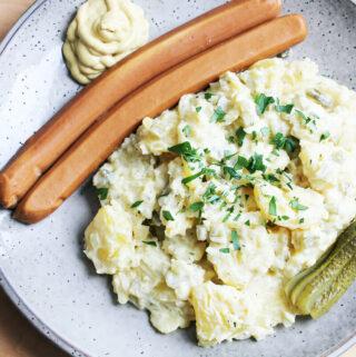 Veganer Kartoffelsalat mit Würstchen