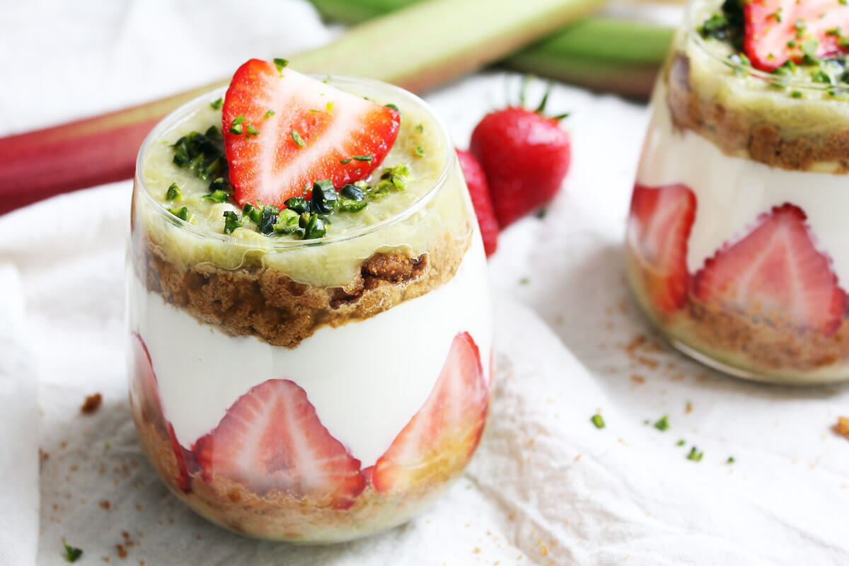 Veganes Erdbeer-Rhabarber-Trifle