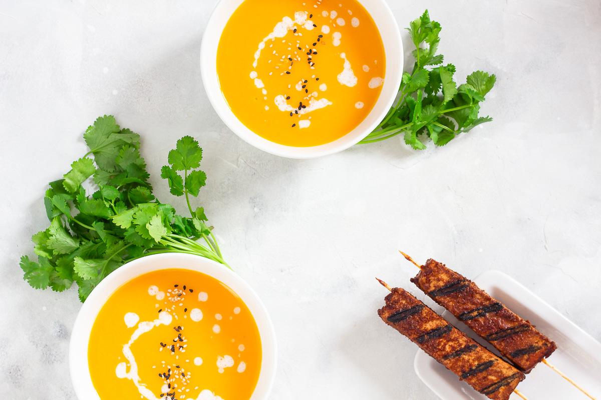 Vegane Thai-Kürbissuppe mit Tofu-Spießen