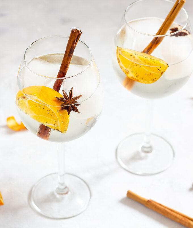 Winterlicher Gin Tonic mit Orange, Zimt und Sternanis