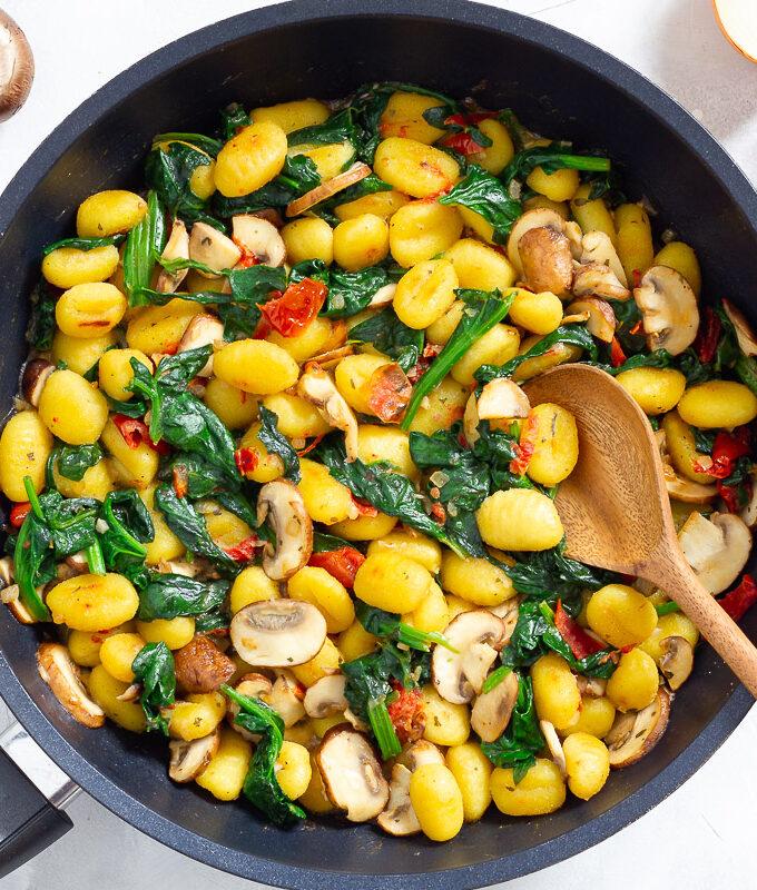 Vegane Gnocchi-Pfanne mit Spinat & Pilzen