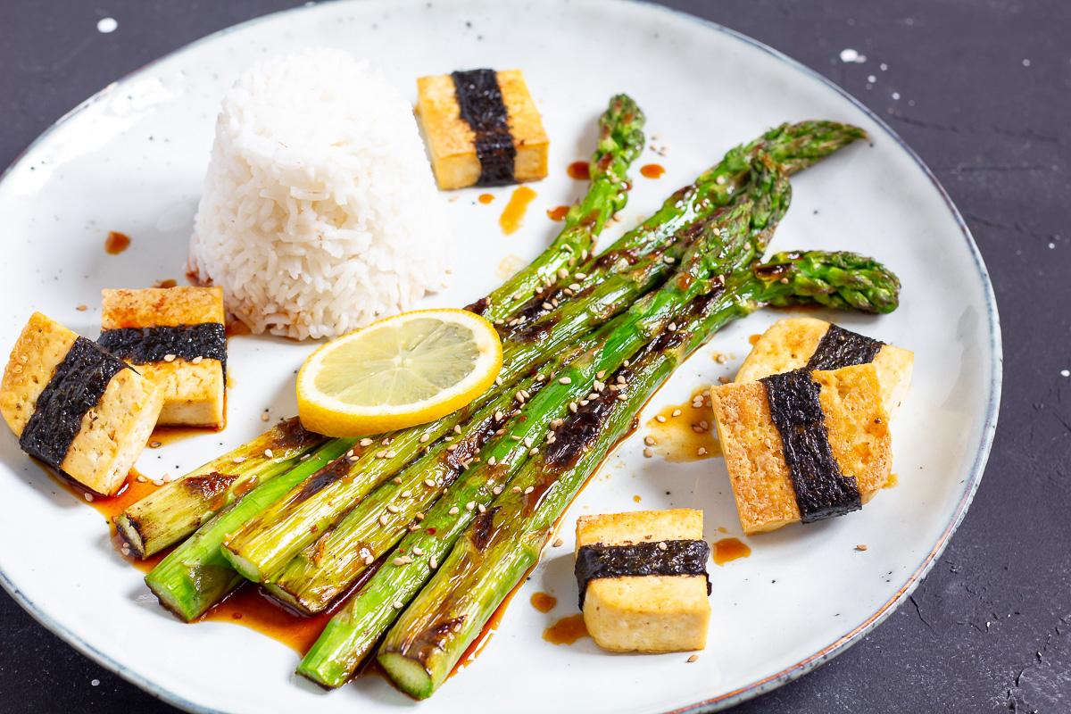 Grüner Spargel mit Soja-Dressing und Tofu