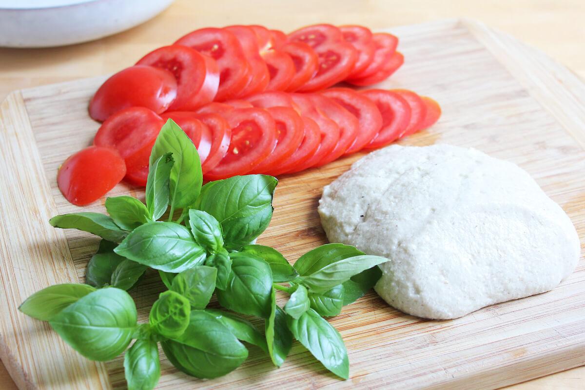 Veganer Caprese mit Flohzarella