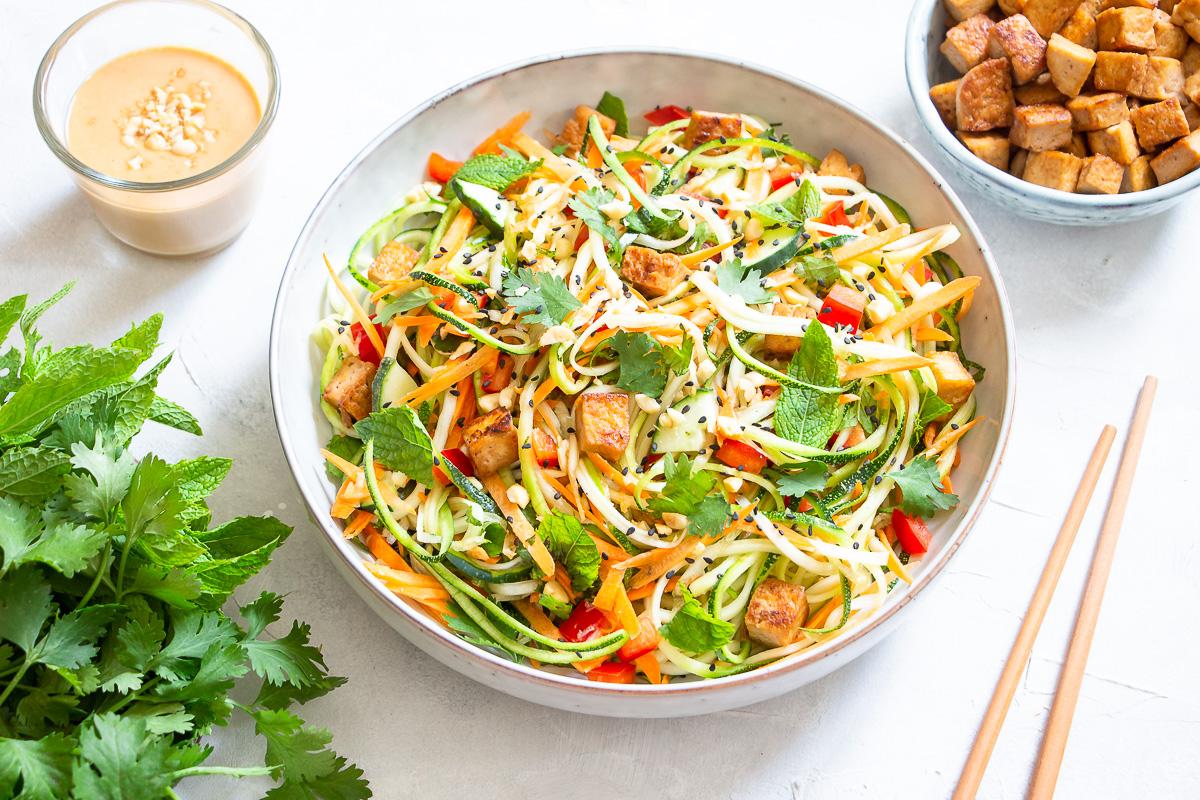 Zucchini Salat vietnamesischer Art mit Erdnusssauce